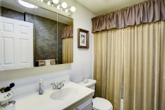 10-kirkland-short-sale-bathroom
