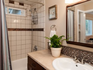 09-redmond-home-for-sale-downstairs-bath